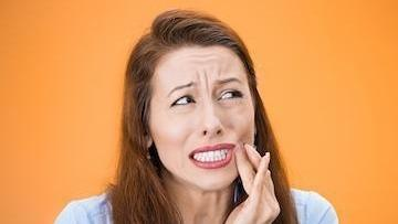 woman with wisdom tooth pain in metairie
